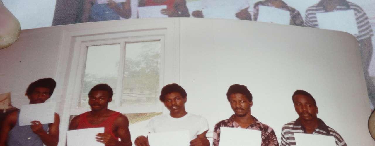La evidencia más controversial y errónea es la de un testigo que asegura reconocer al sospechoso de un delito. En la foto, en el centro, se ve a John White, condenado por una violación en Atlanta. El hombre pasó 30 años tras las rejas hasta que fue exonerado gracias a las pruebas de ADN que presentaron los abogados de Innocence Project.