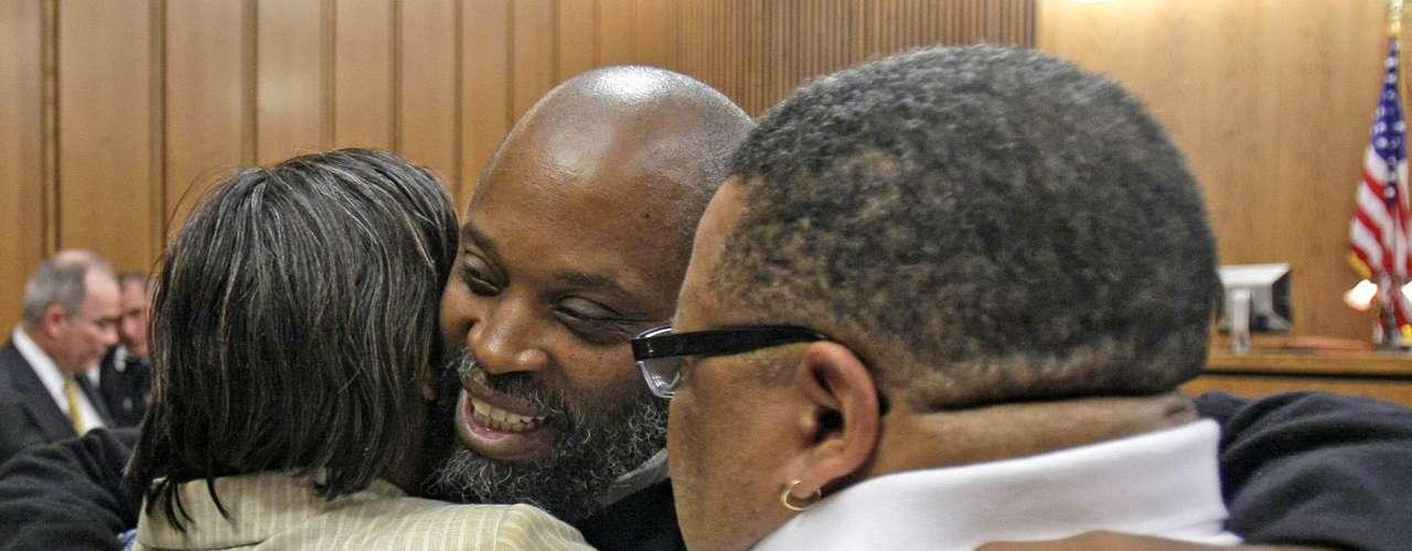 Otro que salió en libertad tras comrpobarse su inocencia fue Raymond Towler, quien pasó casi 30 años en la cárcel, condenado por la violación de una niña de 11 años, en Cleveland, Ohio.
