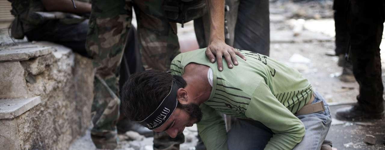 Los grupos de la oposición informaron de que dieciséis personas de tres familias habían sido ejecutadas a disparos por \