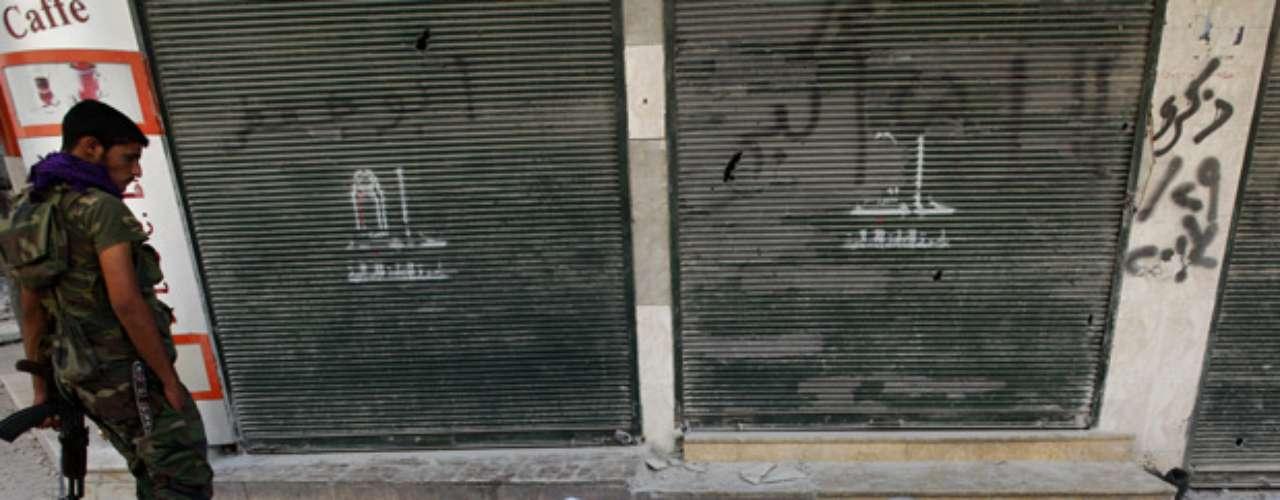Siria se ha convertido en tierra de nadie, en donde impera la ley del más fuerte. La ausencia de una constitución efectiva, la presencia de un gobierno autoritario y el sectarismo religioso, entre otras, son las principales causas de las protestas y enfrentamientos que ya han dejado cerca de 30 mil muertos desde que estalló el conflicto en marzo de 2011. Advertencia: Algunas fotos pueden afectar la sensibilidad de menores o adultos por lo gráfico de las imágenes.