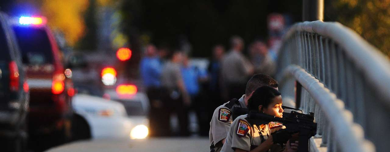 La policía llegó a la escena tras recibir una llamada el jueves por la tarde y descubrió los cadáveres en las oficinas de Accent Signage Systems Inc., ubicadas en un área residencial en la parte norte de la ciudad, dijo el portavoz policial sargento Stephen McCarthy en una declaración.