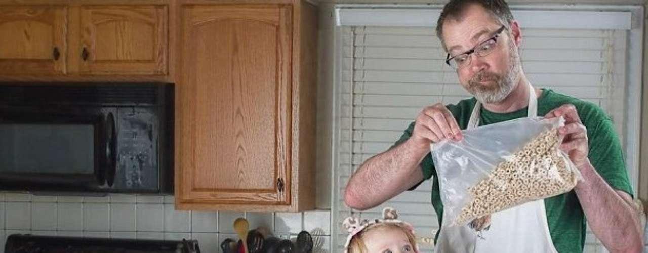 En las fotos, el padre se autotitulada 'El Mejor Papá del Mundo', siempre tiene a mano una taza con esa leyenda.