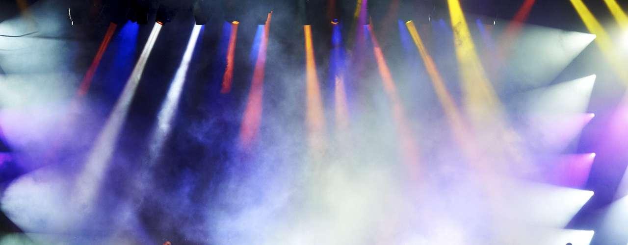 La estrella complementa su espectáculo con un alucinante juego de luces.