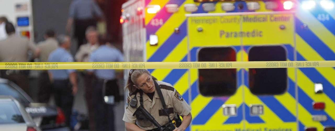 No se revelaron detalles del pistolero, aparte de que fue hallado muerto, al parecer de un balazo que se infligió.