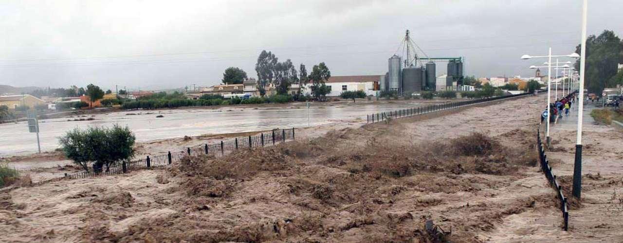 La lluvia alcanzó tal intensidad en el sureste de España que en el municipio murciano de Puerto Lumbreras se midieron 212,4 litros por metro cuadrado en menos de veinticuatro horas. (Fuente: EFE)
