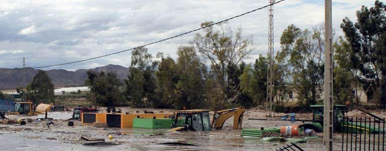 Los servicios de rescate se centran ahora en la búsqueda de los dos desaparecidos, un hombre en la localidad malagueña de Álora, y una mujer de la zona de Puebla Laguna en Vera, en Almería.
