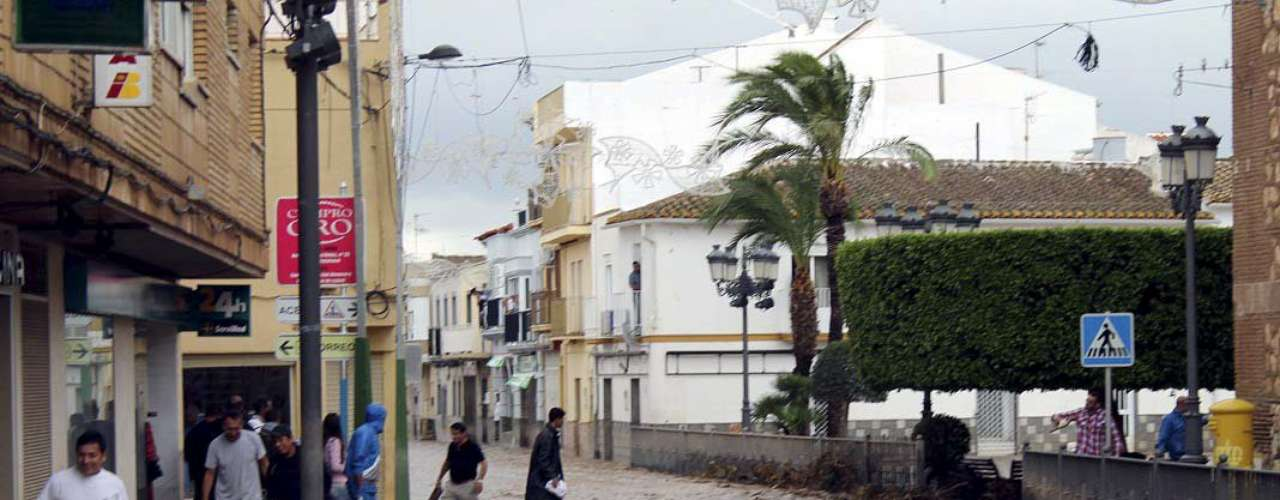 Un tornado que afectó el viernes a la localidad valenciana de Gandía provocó 35 heridos, 15 de ellos de diversa consideración, al derribar la noria instalada en el recinto ferial.