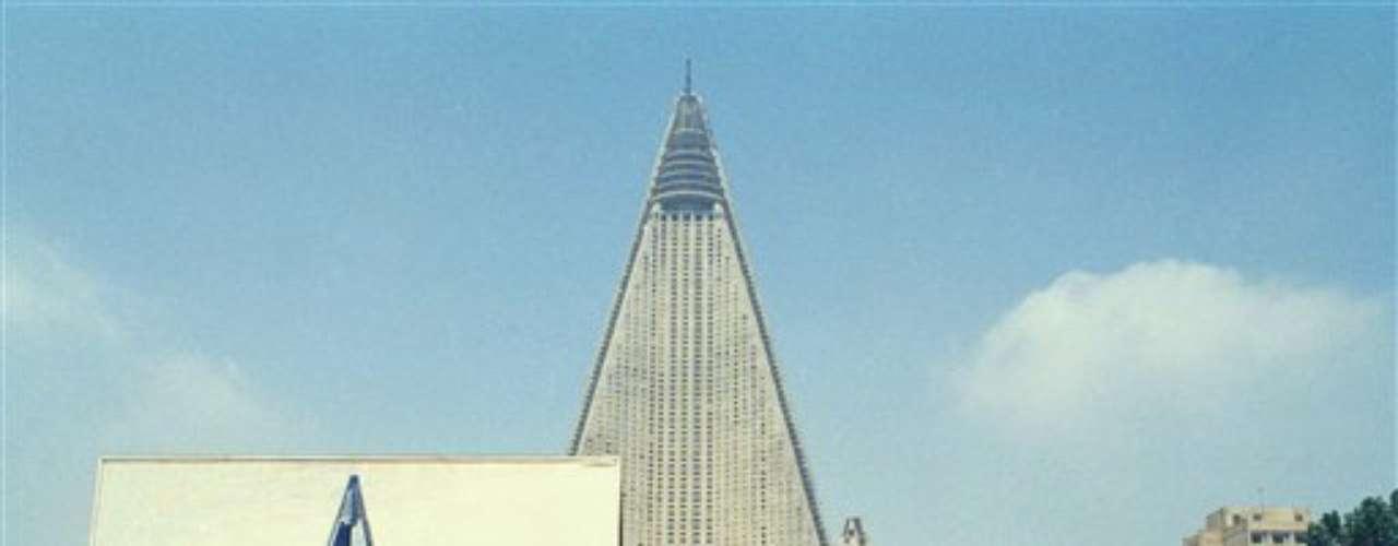 Los cimientos del hotel Ryugyong se pusieron en 1987 en la capital de Corea del Norte, pero la construcción se suspendió durante 16 años cuando se acabaron los fondos para terminar el edificio de 105 pisos.