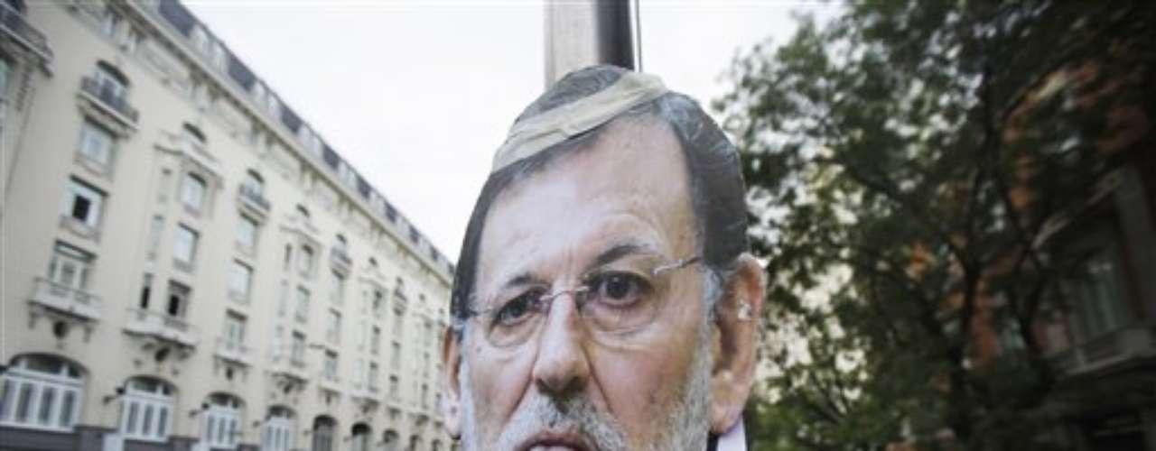 Un cartel con la foto de Mariano Rajoy frente al Congreso