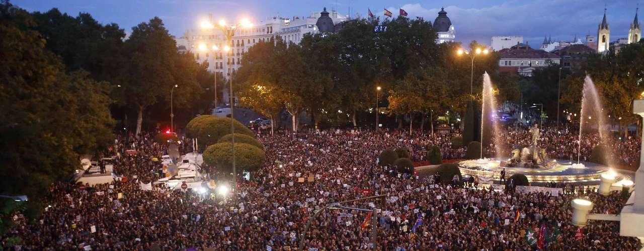 La plaza de Neptuno, frente al Congreso de los diputados, tomada por miles de personas