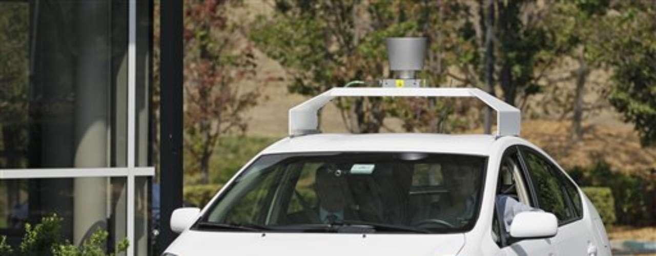5 - El carro que se maneja solo. El gobernador de California, Jerry Brown, firmó una ley que permite que autos que se manejan solos puedan estar en las vías públicas, con otros vehículos operados de manera tradicional. El cofundador de la empresa Google, Sergey Brin, lidera al equipo que trabaja en este tipo de innovaciones.