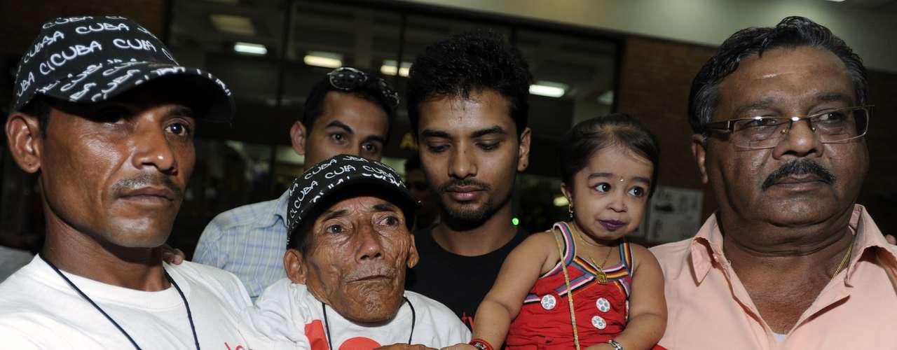 El hombre y la mujer más pequeños del mundo se encontraron este fin de semana en Katmandú, donde visitaron museos y templos, y recorrieron juntos las calles y los principales lugares de interés turístico de la capital de Nepal.