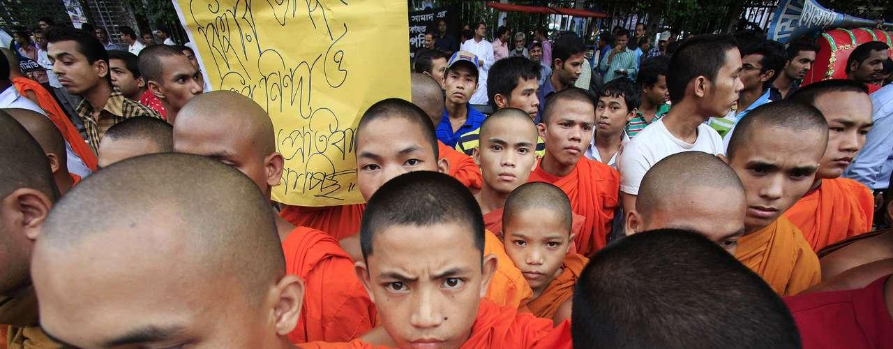 Los autores dijeron que un hombre  budista de la región publicó una foto insultante para el Corán, declaró a la AFP la principal autoridad del distrito, Joinul Bari.
