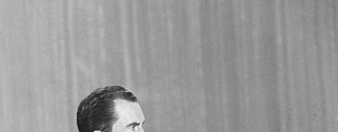 Durante el debate, el apuesto Kennedy tuvo una actitud relajada y un perfecto dominio de las respuestas. Nixon, en cambio, tenía un traje gris que poco contrastaba con la escenografía, y comenzó a transpirar a medida que pasaban las preguntas.
