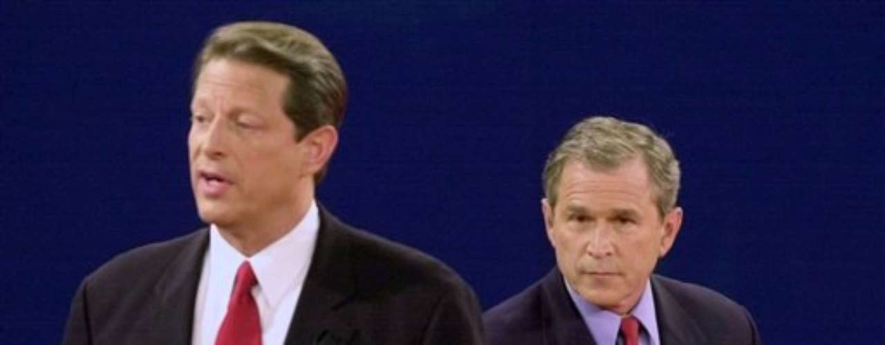 Los Bush siempre sacaron partido de los debate presidenciales. En el año 2000, George W. Bush se enfrentó con un Al Gore que llegaba con clara ventaja. Al Gore dominó con amplitud las respuestas en cada tema. Sin embargo, fue muy arrogante y no pudo conectar con los televidentes: pareció un profesor dando clases. Bush, que llegó con expectativas bajas, se mostró campechano e inclinó la balanza a su favor.