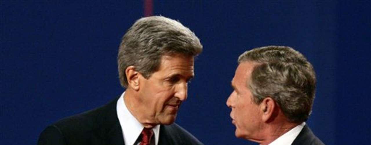 En 2004, Bush tuvo que enfrentar a John Kerry, quien ganó los tres primeros debates. El último, que terminó siendo favorable para Bush, generó miles de polémicas por un bulto que se vió en la espalda del entonces presidente. Muchos dijeron que era un receptor de radio por que el recibía las respuestas. Nunca se pudo comprobar.