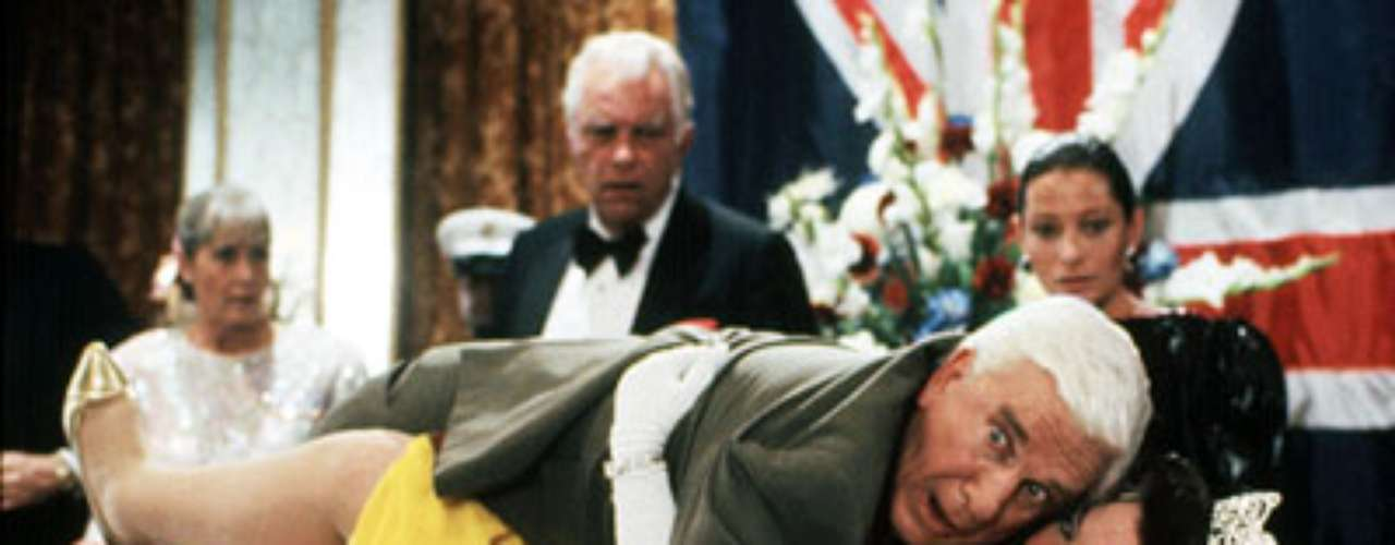3. The Naked Gun: From the Files of Police Squad!: Leslie Nielsen vuelve a ser el protagonista de las risas en esta película que trata de que el policía Frank Drebin frustre el intento de asesinato de la Reina Isabel. Metidas de pata, planes mal hechos y muchas situaciones embarazosas provocan 2.3 risas por minuto