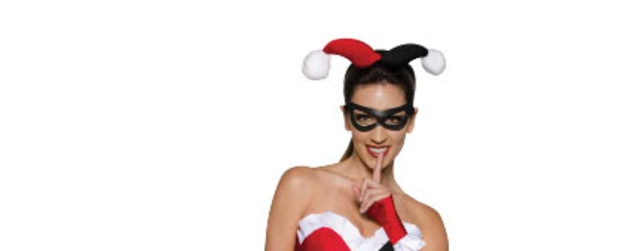 Harley Quinn (Dr. Harleen Quinzel) es una supervillana, rival de Batman, amiga de la hiedra venenosa y a la que le interesa el  amor del Joker. Sensualidad en la archivillana por doquier!