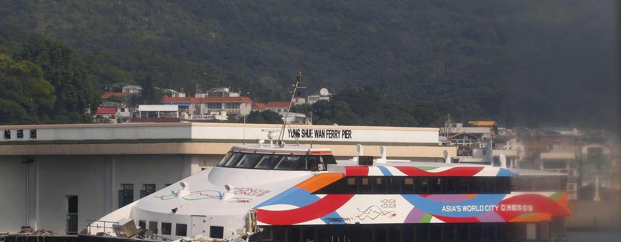 En lo que sería la peor tragedia marítima ocurrida en la excolonia británica en los últimos 40 años, al menos 38 personas murieron y cerca de un centenar resultaron heridas en el choque entre dos barcos de pasajeros en Hong Kong. Hasta el momento se han detenido seis personas como presuntos responsables de este trágico suceso. Mira las fotos a continuación: