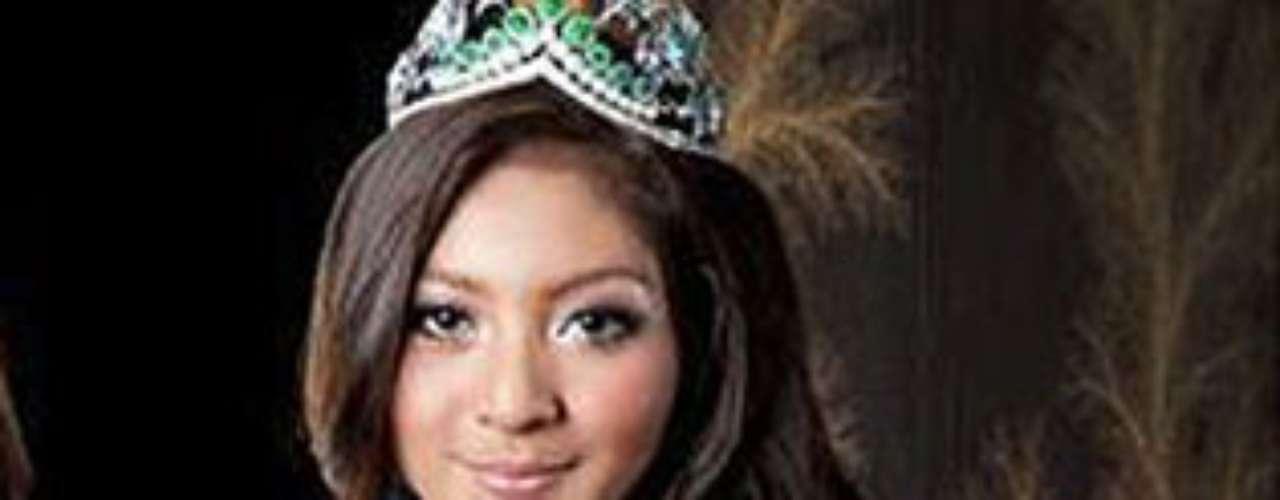 Miss Indonesia. Tiene 21 años de edad y mide 1,76 metros de estatura.