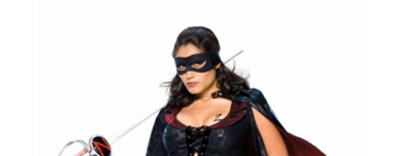El disfraz del Zorro , este espadachín enmascarado que defiende a los pueblos usando su espada. Para dejar una marca distintiva, hace una Z hace con tres cortes rápidos. Tú decides quién pasa el corte en este traje sexy lady Zorro que deja poco a la imaginación.