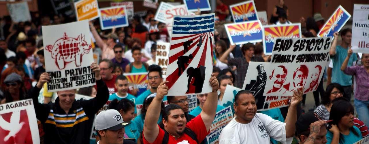 Tanto Obama como Romney cortejan activamente el voto hispano, pero Romney ha suscitado ataques porque durante las primarias adoptó una postura de mano dura contra los indocumentados, para luego asegurar que apoya una reforma migratoria que amplíe las visas legales.