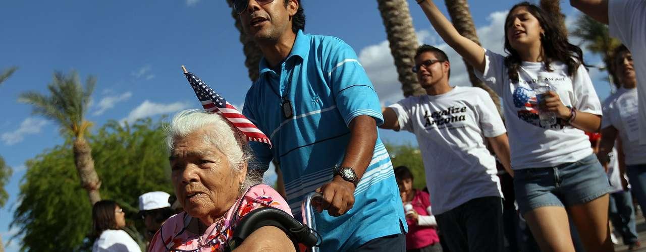 Si las elecciones fuesen hoy, el 70 % de los votantes hispanos apoyaría a Obama, frente a un 26 % que se inclinaría por Romney, según una encuesta divulgada hoy por CNN/ORC y CNN en Español.
