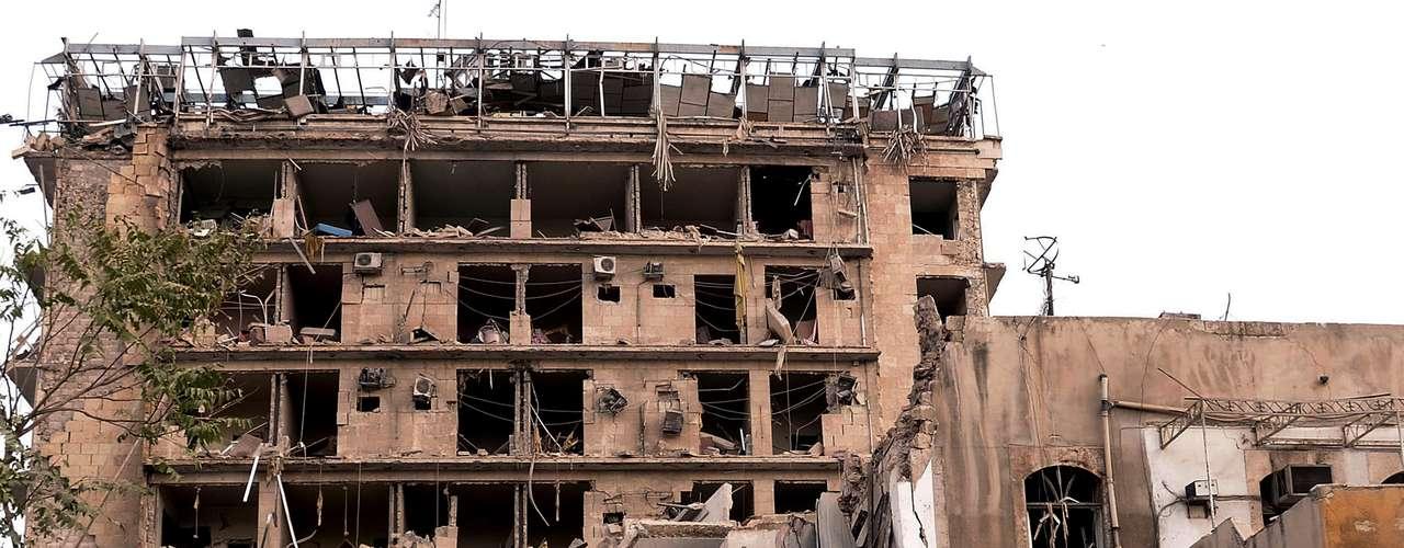 Dos coches bomba explotaron primero en un intervalo de un minuto en dos calles cercanas a un club de oficiales militares que da a la famosa plaza Sadala al Jabiri, en el corazón de Alepo, afirmó una fuente militar.