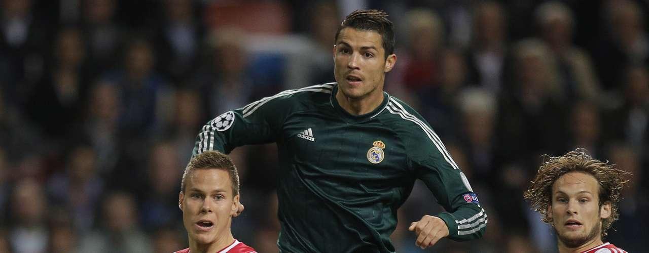 Cristiano Ronaldo observa un disparo durante el partido del Madrid ante el Ajax.
