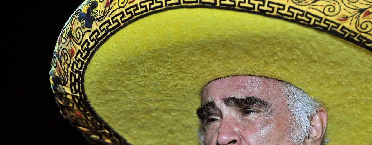 Vicente Fernández, cantando ante ochenta mil personas en la inauguración de los Juegos Panamericanos 2011, realizados en Guadalajara, Jalisco, México, modificó un poco la letra del \