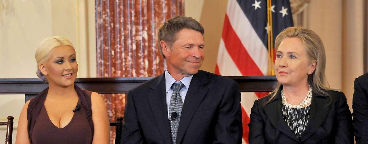 La secretaria de Estado, Hillary Clinton, encabezó la ceremonia en la que Aguilera recibió el Premio de Liderazgo George McGovern por sus contribuciones para disminuir el problema global del hambre.