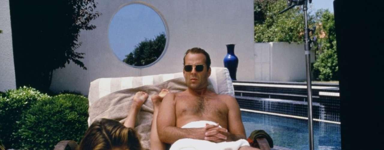 'El color de la noche' pertenece a la oleada de 'thrillers eróticos' surgidos tras el éxito de 'Instinto básico'. Uno de los ganchos del filme fue el desnudo frontal de Bruce Willis, que mostraba sus atributos durante centésimas de segundo.