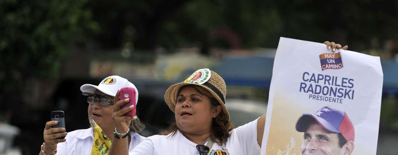 El próximo domingo habrá elecciones en Venezuela, y los candidatos Hugo Chávez y Henrique Capriles realizaron sus respectivos y multitudinarios actos de cierre de campaña. Chávez en Caracas, y Capriles en Cojedes. Las encuestas hablan de una importante paridad, aunque no se puede confiar en los números. El actual Presidente llamó a votar bien temprano así al mediodía ya estrá consumada la victoria. Vamos a darle una paliza a la burguesía, expresó Chávez eufórico en medio de una tormenta tropical que le dio un contexto más emotivo y cinematográfico aún a su discurso. Capriles también abandonó el tono conciliador y atacó con dureza la gestión de Chávez. El domingo, el pueblo venezolano hablará con su voto