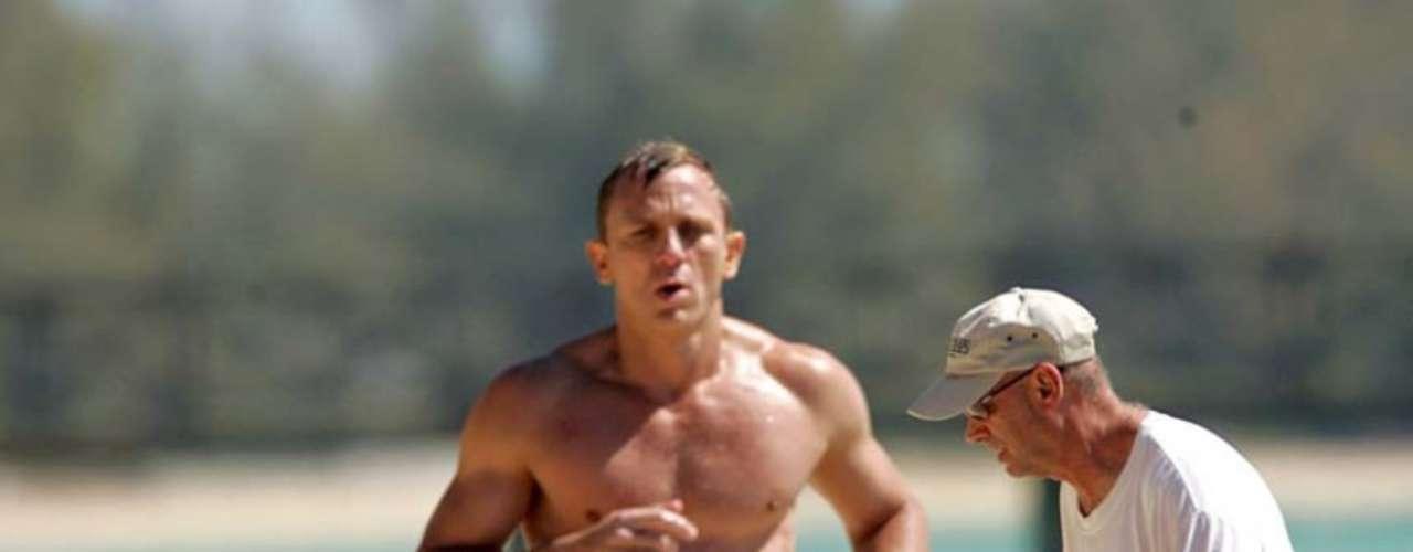 Daniel Craig, que está a punto de estrenar la nueva entrega de James Bond, enseñó parte de su poderosa musculatura saliendo del agua en 'Casino Royale'. Cuando no era tan popular se atrevió con un desnudo integral en 'El amor es el diablo', biopic sobre el pintor Francis Bacon.