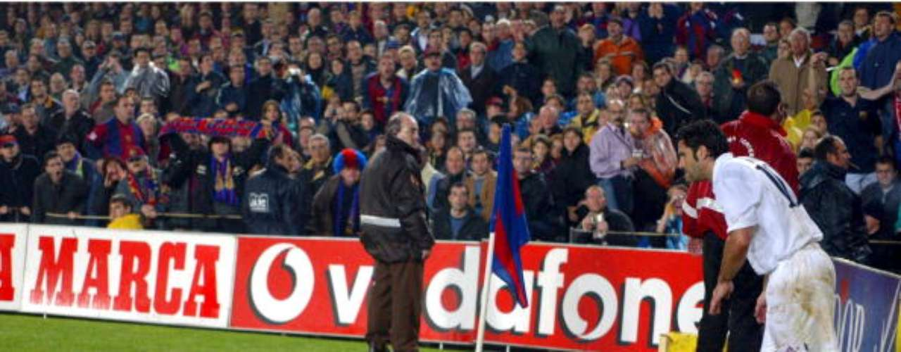 En la primer visita del extremo portugués al Camp Nou, ya vestido de blanco, le llovieron insultos y objetos (foto), pues los seguidores \
