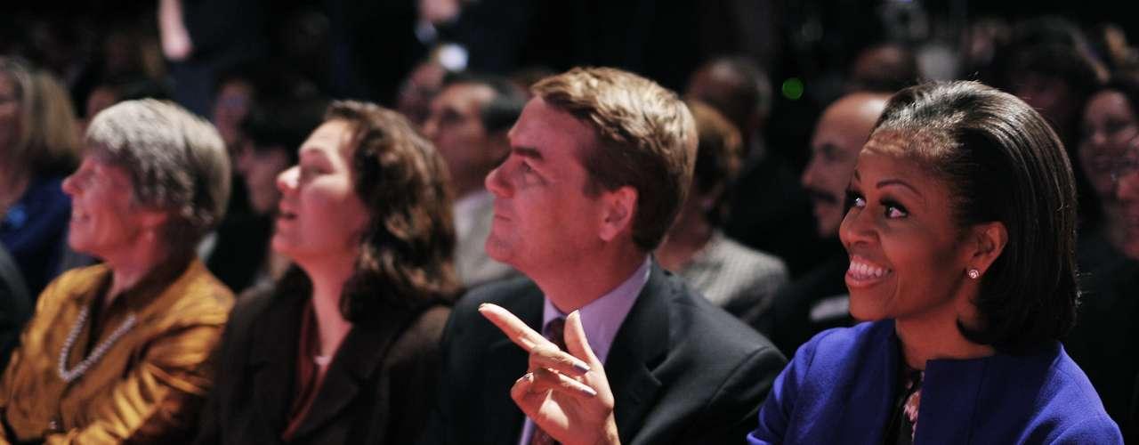 Por su parte, la primera dama, Michelle Obama, estuvo mostrándole su apoyo al presidente, con quien hoy cumple 20 años de casada.