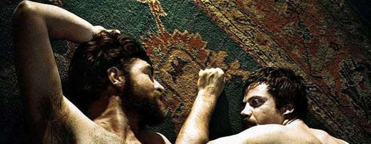 En 1969, Ken Russell adaptó la novela de D.H. Lawrence en un filme que causó cierto revuelo por una secuencia en la que sus dos protagonistas masculinos peleaban desnudos. El film obtuvo cuatro nominaciones al Oscar y le proporcionó una estatuilla a Glenda Jackson.