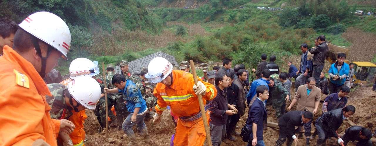 La avalancha se produjo a las 08.10 hora local (00.10 GMT del jueves, cuando alrededor de 160.000 metros cúbicos de tierra cayeron sobre la Escuela Tiantou, donde algunos niños esperaban a que comenzaran las clases, aunque éstas empezaban una hora después.