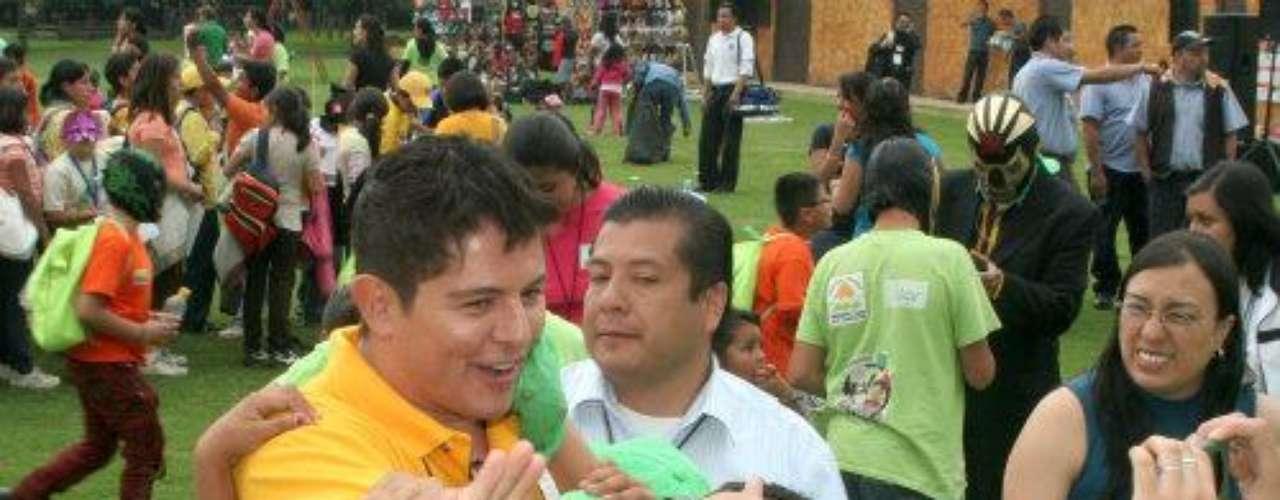 Ernesto Laguardia convivió con un numeroso grupo de niños de la calle, discapacitados y de escasos recursos, en un club deportivo de Tlalpan. El entonces conductordel matutino \