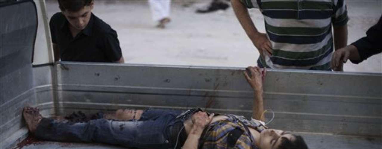 El cuerpo sin vida del menor es depositado en un camión para ser trasladado