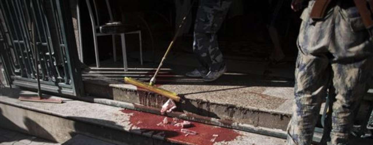 Limpian los restos de sangre que todavía quedan en la calle