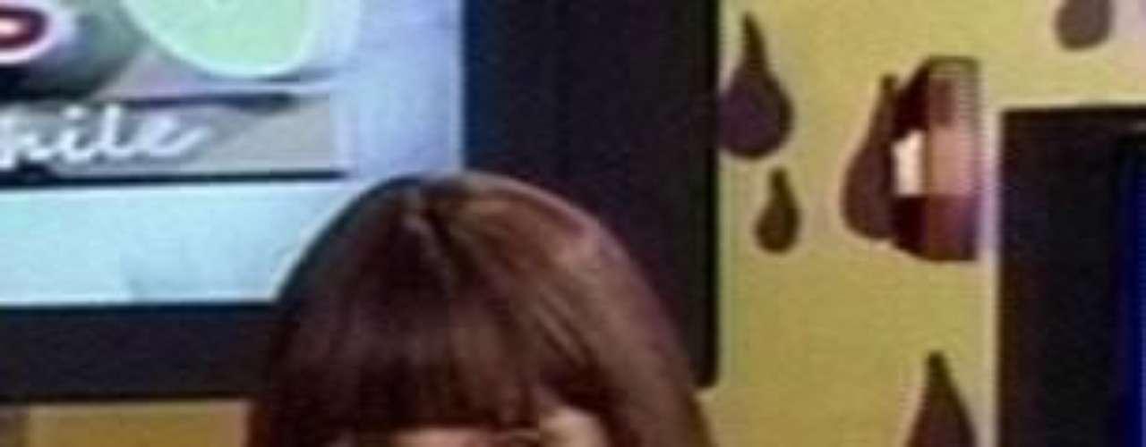 Rubia, morena, trigueña o platinada. Para Raquel Argandoña no existen límites a la hora de escoger un look para sorprender en televisión y poco le importa lo que piensen sobre sus cambios. Ahora, sorprendió con una peluca estilo honguito que inmediatamente llamó la atención y se robó la película en el evento de moda al cual asistió. Acá te invitamos a revisar algunos de los looks de esta diva de la farándula nacional ¿Cuál prefieres?