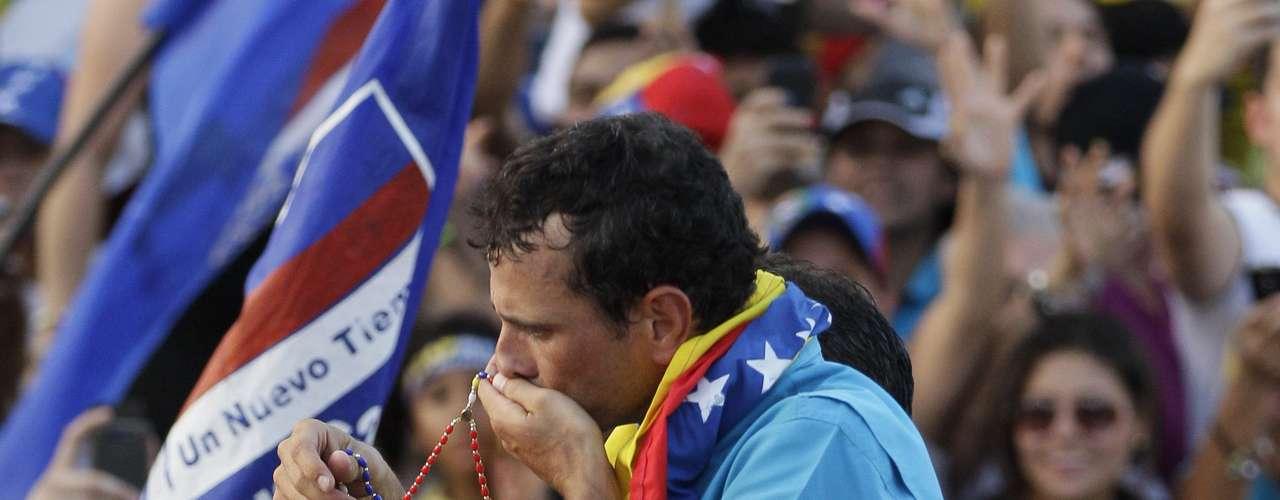 Capriles, por su parte, reunió en su cierre electoral en Barquisimeto, en el occidente del país, una abultada muchedumbre y en una de las pocas ocasiones en que nombró directamente a Chávez le dijo que su ciclo había terminado y que 14 años en el poder eran suficientes.
