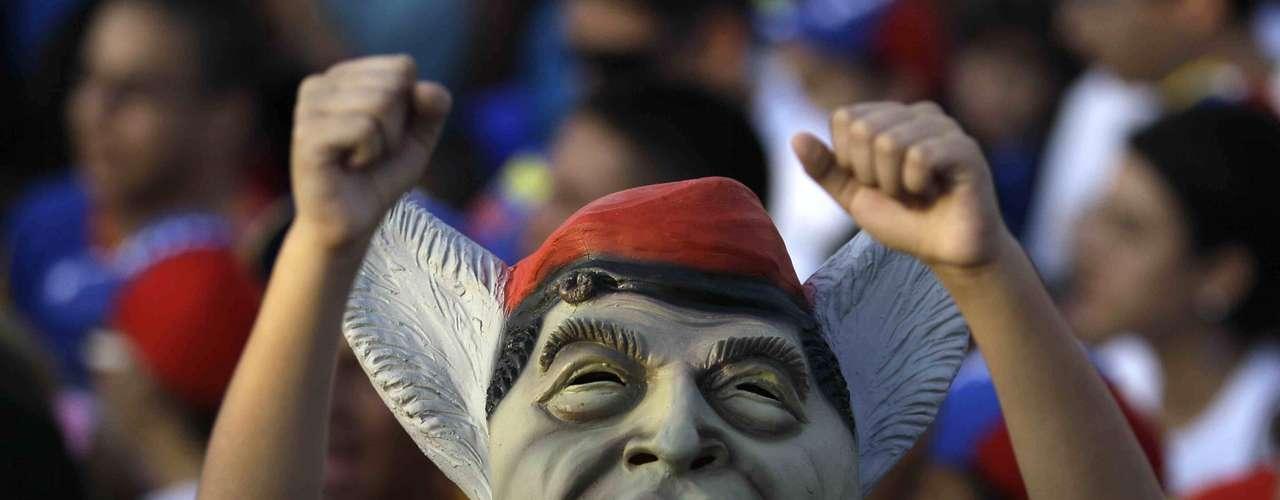 Los dos aspirantes han estado toda la semana final de la contienda recorriendo al menos dos distintas localidades por día y bregando fuerte por los votos, solicitando a sus simpatizantes no quedarse en casa y salir a sufragar. Algunos sondeos previos a la elección mostraron a Chávez, de 58 años, con una venta de 10 puntos porcentuales, mientras otras lo colocaban casi igual con Capriles, un abogado de 40 años. Por las leyes electorales venezolanas está prohibido desde una semana antes de la votación la publicación de nuevas encuestas. (Fuente: AP)
