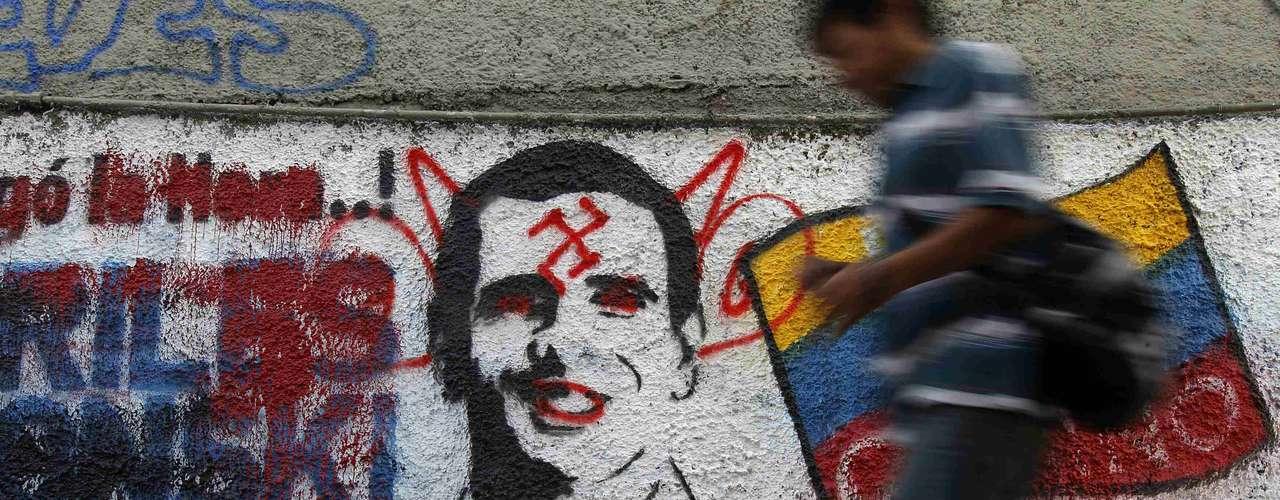 Casi 19 millones de venezolanos están llamados a decidir este domingo si reeligen al presidente Hugo Chávez para que cumpla 20 años en el poder o si optan por el exgobernador Henrique Capriles Radonski.