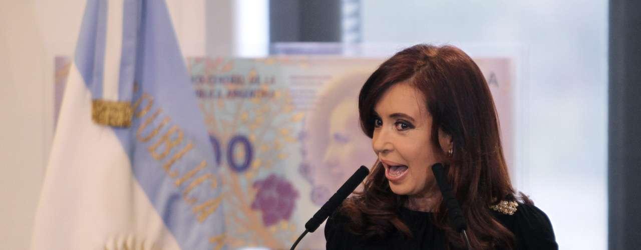 En cuanto a líderes latinoamericanos, la presidenta argentina Cristina Kirchner fue una de las primeras en expresar su reacción ante el triunfo chavista: \