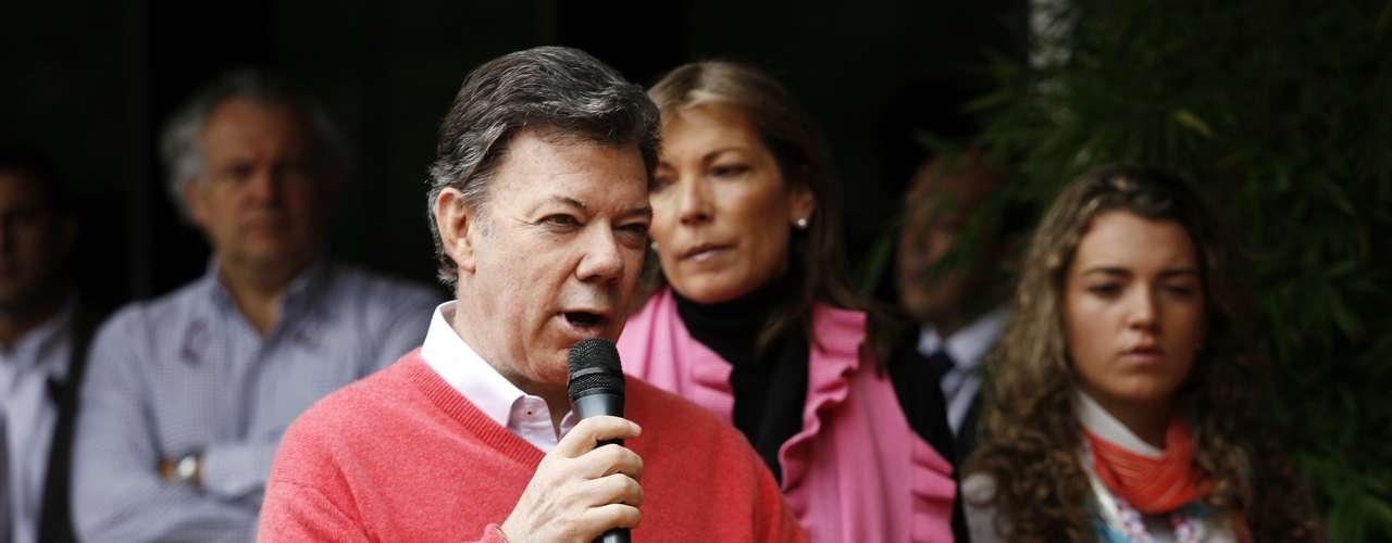 En tanto el gobierno colombiano envió un mensaje de felicitación tanto a Chávez como al pueblo venezolano por su amplia participación electoral. El gobierno de Bogotá \