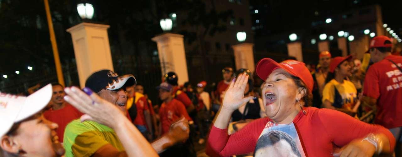 Fuegos artificiales retumbaron esta noche sobre Caracas después de conocerse la victoria del presidente de Venezuela, Hugo Chávez, quien superó con un 54,42 % de los votos al líder opositor Henrique Capriles, que alcanzó un 44,97 %.