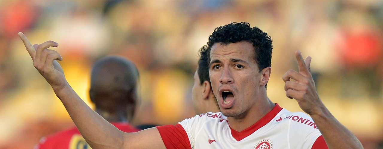 Leandro Damião se encuentra empatado con el egipcio, también con seis goles por el Internacional y siete con Brasil.