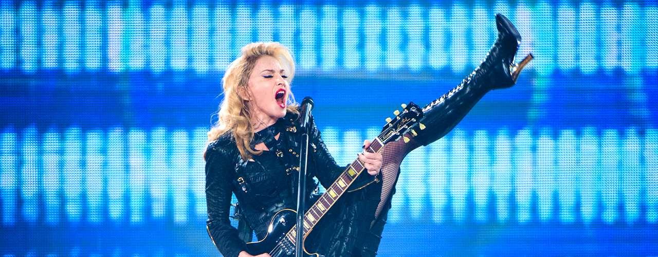 Alguna vez fue la reina, y a pesar del paso de los años, Madonna aún mantiene cierto lugar entre las estrellas musicales de Billboard. Aunque su llama se extingue desde hace algunos años, Madonna aún posee varias glorias y éxitos de las décadas de los 90 y principios del siglo XXI.